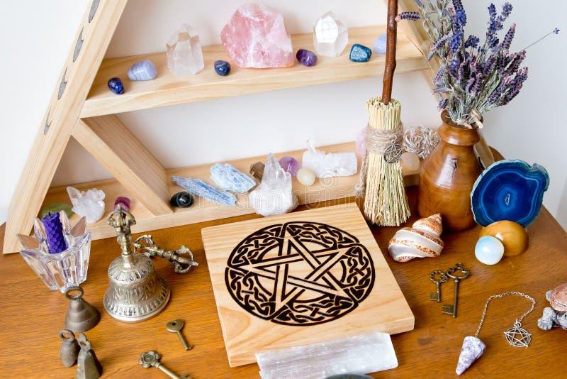 Altar pagano/de la bruja con los cristales, soporte cristalino, altar del pentáculo foto de archivo