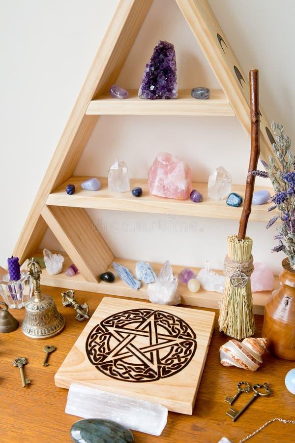 Altar pagano/de la bruja con los cristales, soporte cristalino, altar del pentáculo imagen de archivo libre de regalías