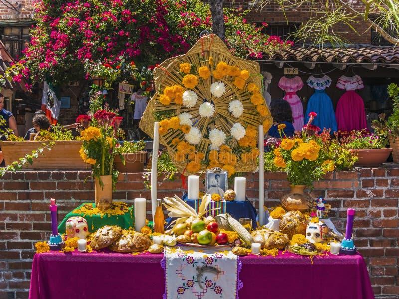 Altar para os mortos na rua de Olvera em Los Angeles imagens de stock royalty free