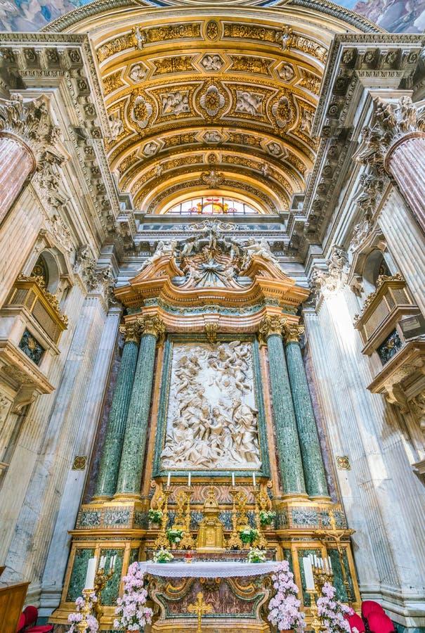 Altar principal com ` a família santamente com St John o batista e seu ` dos pais por Domenico Guidi, na igreja do ` Agnese de Sa imagem de stock
