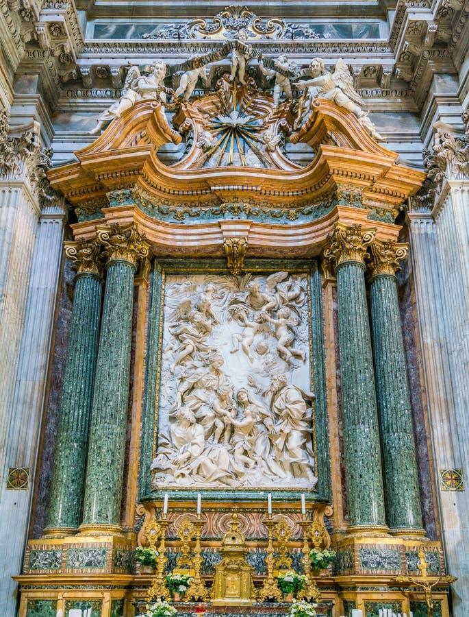 Altar principal com ` a família santamente com St John o batista e seu ` dos pais por Domenico Guidi, na igreja do ` Agnese de Sa fotografia de stock