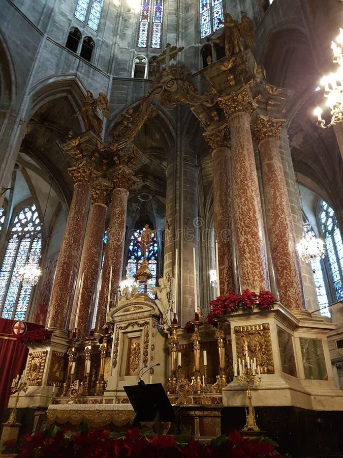 Altar principal de la catedral de Narbona imagenes de archivo