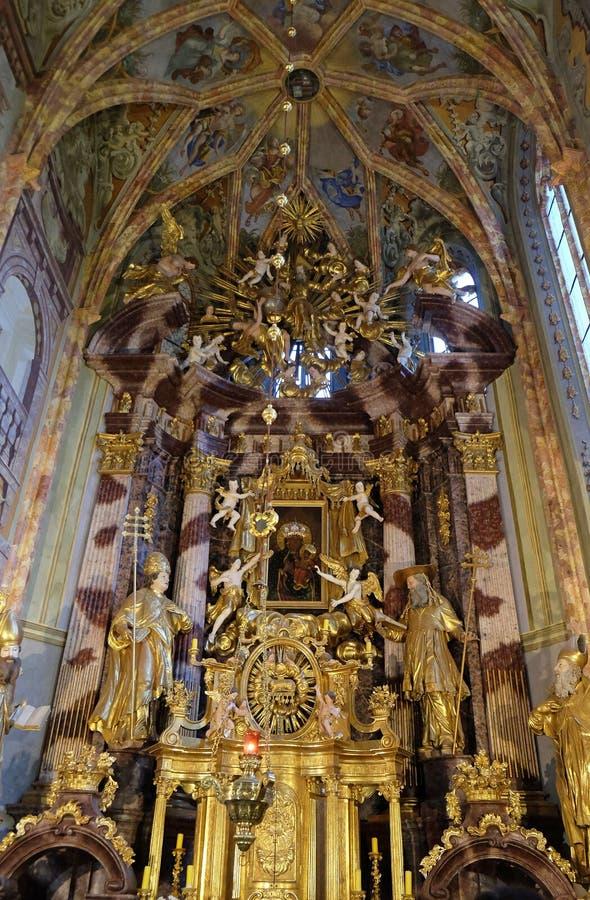 Altar principal en la iglesia de la Inmaculada Concepción en Lepoglava, Croacia imagen de archivo