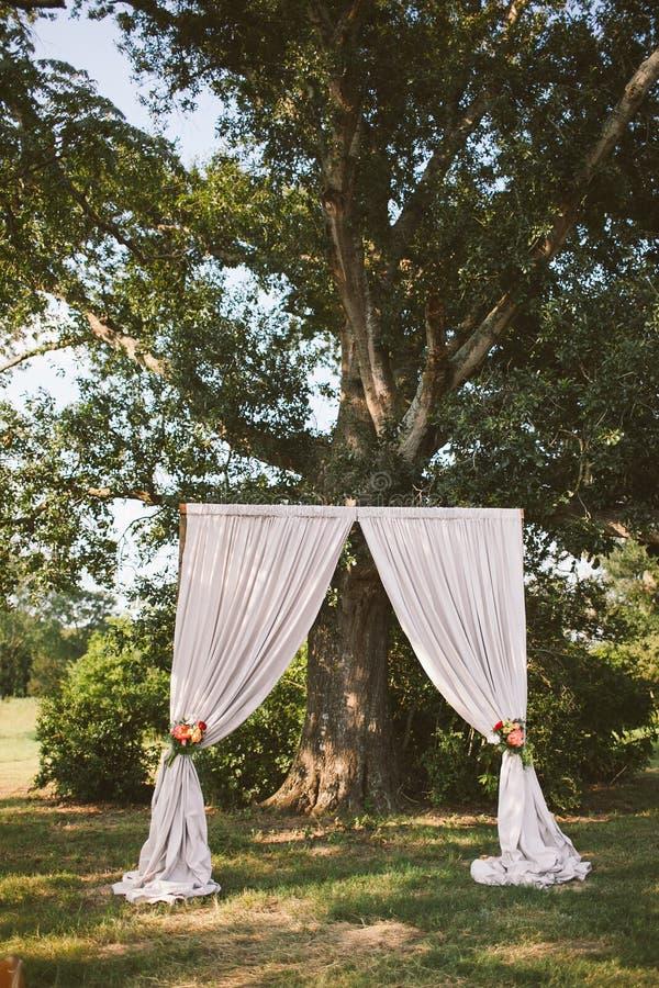 Altar simplista da cerimônia de casamento fotos de stock