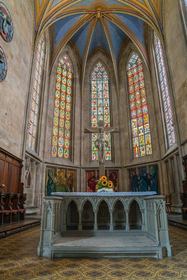 Altar y vitrales debajo del alto cei saltado hermoso imagenes de archivo