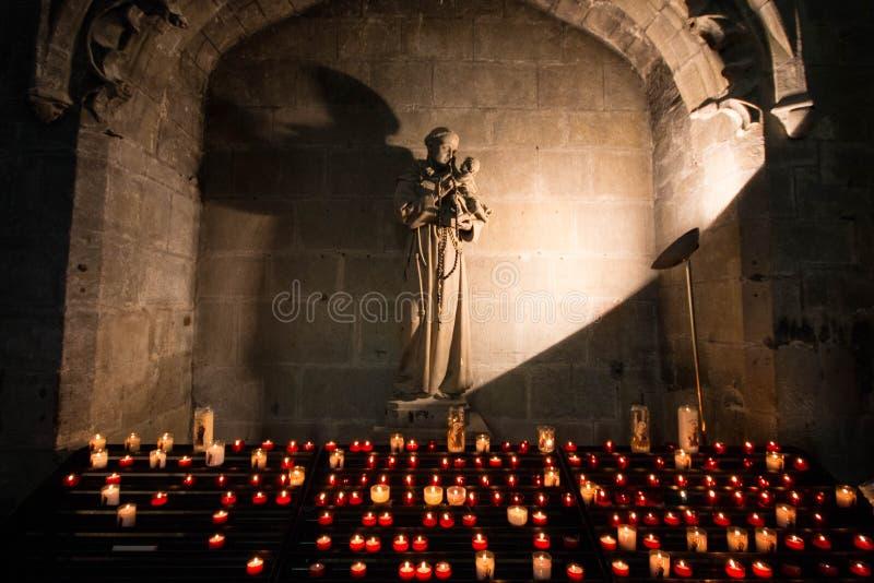 Altare con la bruciatura delle candele votive nella basilica del san Nazar immagine stock