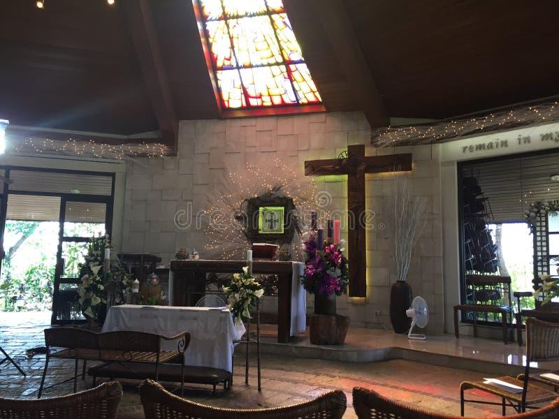 Altare della chiesa cattolica immagini stock