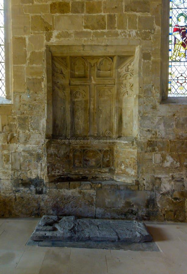 Altare della parete di pietra dell'entrata della chiesa di trinità santa fotografie stock libere da diritti