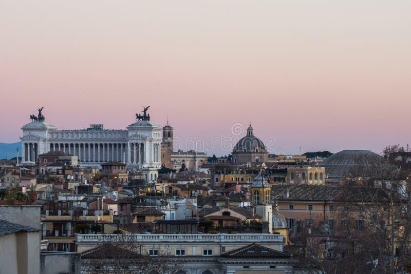 Altare della Patria och panteon Rome på solnedgången arkivfoto