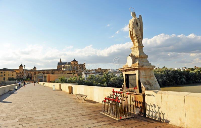 Altare della st Raphael San Rafael su Roman Bridge con la moschea - cattedrale di arcangelo nel fondo Cordova, Andalusia, Spagna fotografia stock libera da diritti
