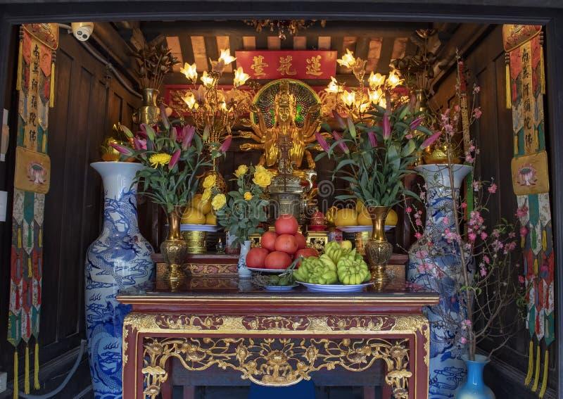 Altare dentro l'una pagoda della colonna, un tempio buddista storico a Hanoi, la capitale del Vietnam immagini stock libere da diritti
