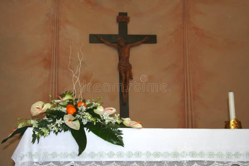 Altare di cerimonia nuziale con i fiori fotografia stock