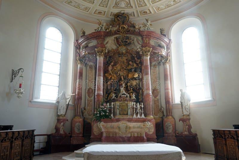 Altare e finestre fotografia stock libera da diritti