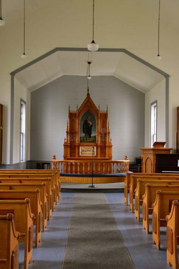 Altare ed incrocio di vecchia chiesa rurale del paese fotografia stock