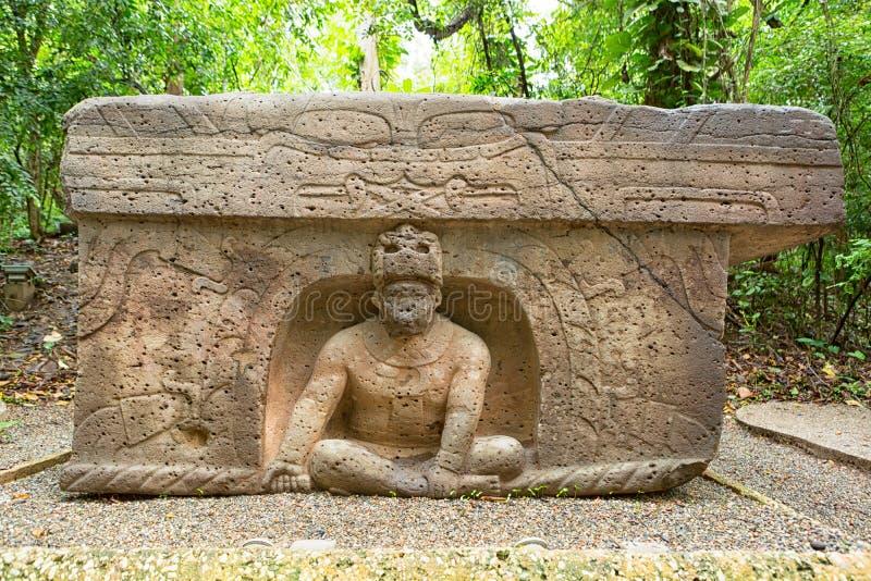 altare för Pre-latinamerikan olmecsten i laen Venta Mexico arkivbilder