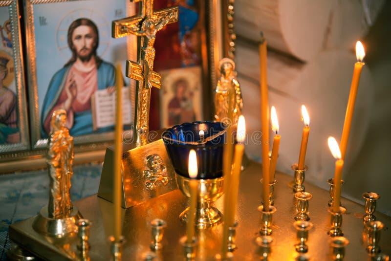 Altare i kyrkan royaltyfria bilder