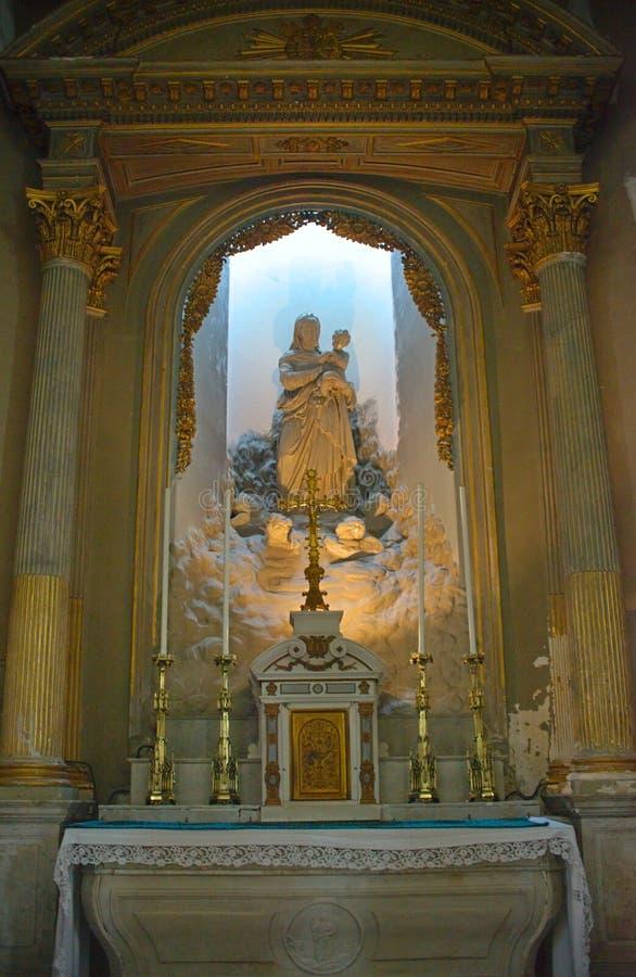 Altare med jungfruliga Mary på den katolska domkyrkan i Avranches, Frankrike arkivbilder