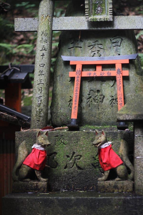 Altare med två förmyndarerävar på Fushimi Inari Taisha, Kyoto, Japan arkivfoto