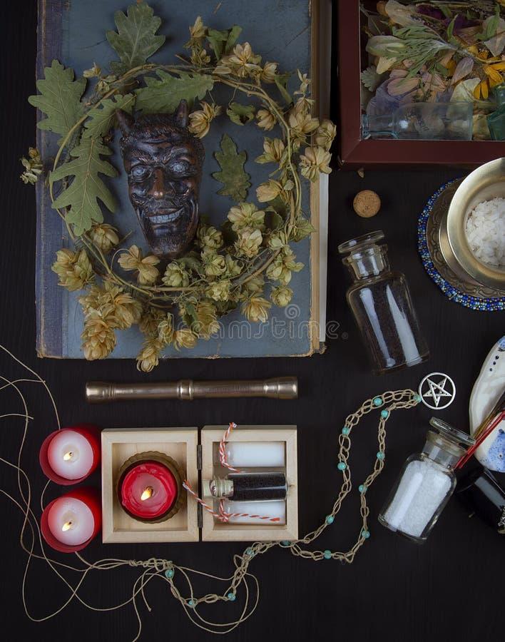 Altare occulto con il fronte del ` s della pentola, corona del luppolo immagini stock