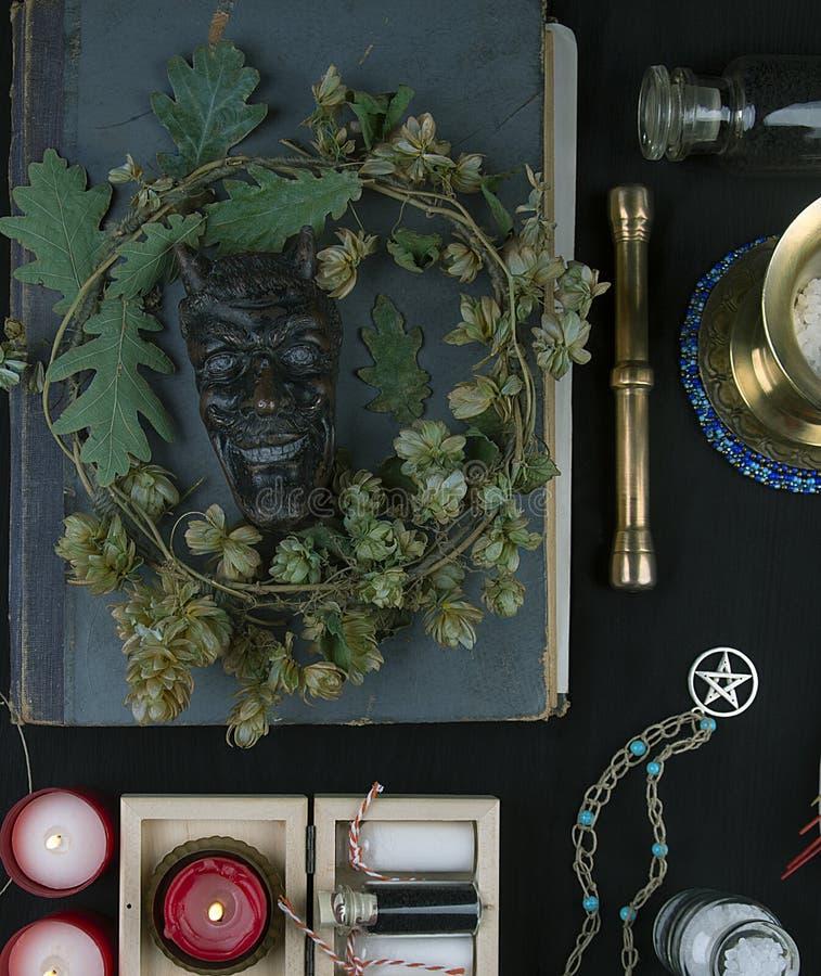 Altare occulto con il fronte del ` s della pentola, corona del luppolo immagine stock libera da diritti