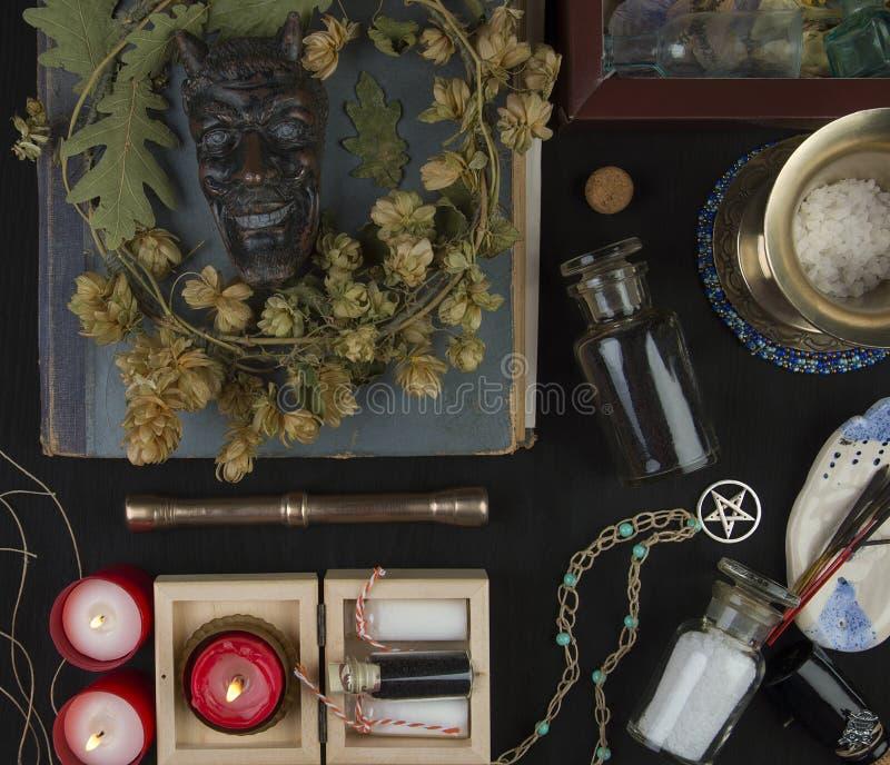 Altare occulto con il fronte del ` s della pentola, corona del luppolo immagine stock
