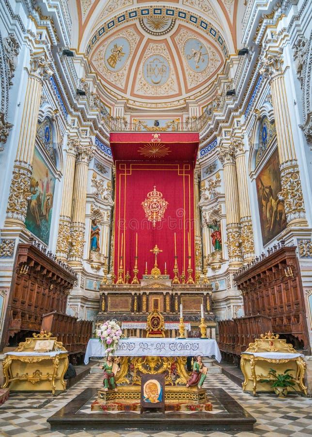 Altare principale nella cattedrale di San Pietro Saint Peter in briciole La Sicilia, Italia del sud fotografia stock libera da diritti