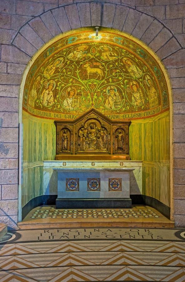 Altaret med mosaiker royaltyfria bilder