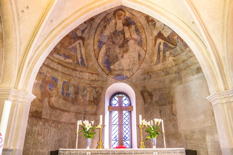 Altaret och absid med den christ pantocratoren royaltyfri foto