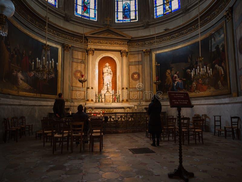 Altaret som är hängivet till den jungfruliga Maryen och, behandla som ett barn Jesus inom Basen arkivbild
