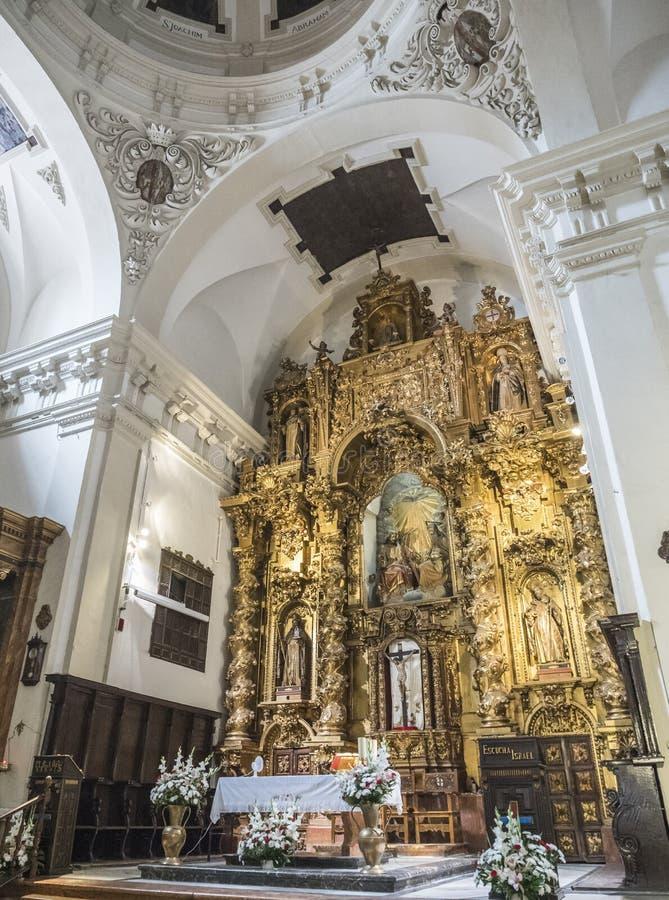Altartavla och kupolen på det huvudsakliga kapellet av kyrkan av vår dam av nåd, Almeria, Andalusia, Spanien royaltyfri fotografi