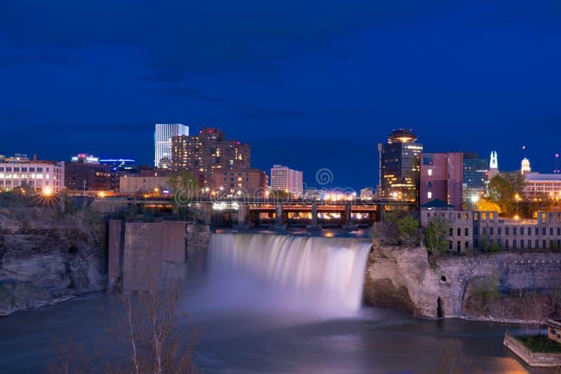 Altas caídas de Rochester, Nueva York en la noche imagen de archivo libre de regalías
