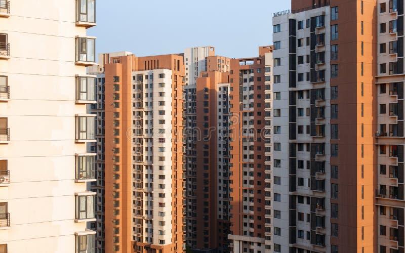 Altas casas apartamentos foto de archivo libre de regalías