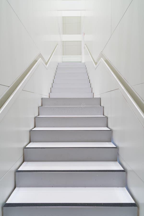 Altas escaleras blancas imagenes de archivo
