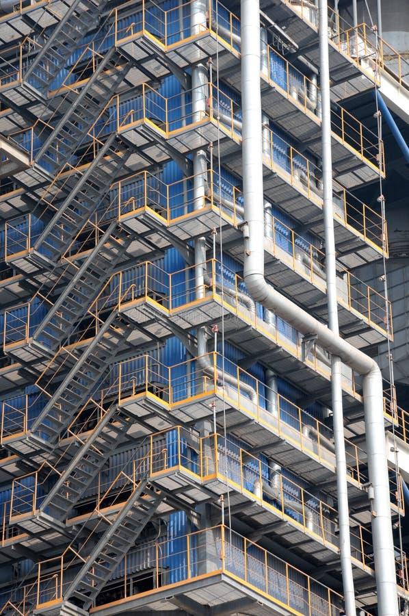 altas escaleras de acero en una fbrica
