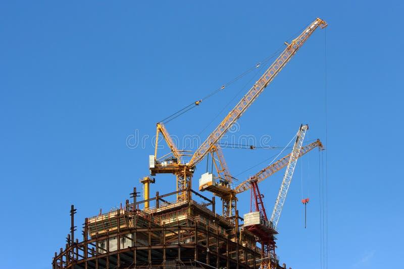 Altas grúas y construcción de edificios imagen de archivo libre de regalías