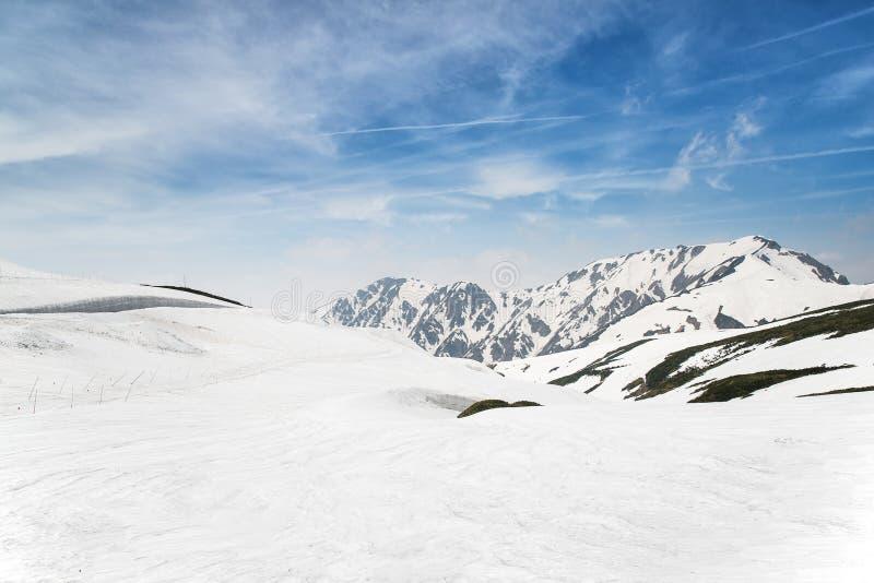 Altas montañas bajo nieve en el invierno fotografía de archivo libre de regalías