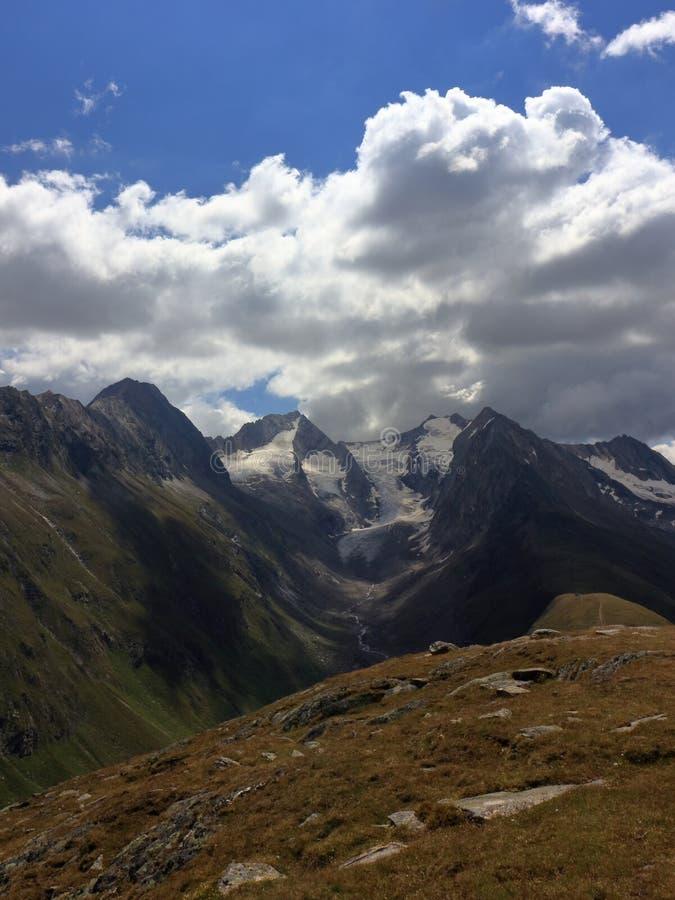 Altas montañas con los glaciares cerca de Obergurgl, Oetztal en el Tyrol, Austria imágenes de archivo libres de regalías