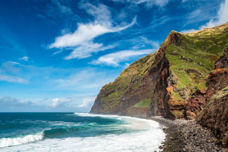 Altas montañas de la costa con las ondas grandes, Calhau das Achadas, isla de Madeira, Portugal foto de archivo