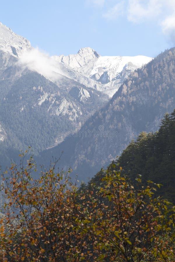 Altas montañas en el jiuzhaigou en último otoño imagen de archivo libre de regalías