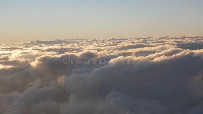 Altas nubes - mosca a través de las nubes Cloudscapes de la luz corta fotografía de archivo libre de regalías