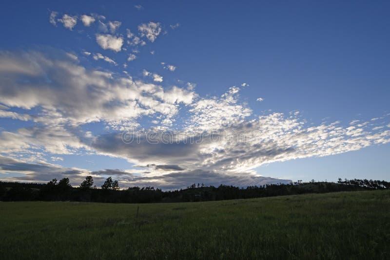 Altas nubes sobre el Black Hills en el crepúsculo fotografía de archivo