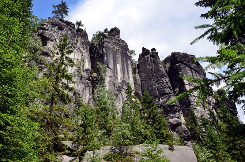 Altas rocas altas en el ejemplo del parque nacional fotos de archivo