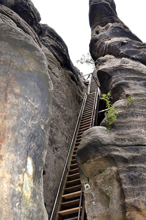 Altas rocas altas en parque nacional y escalera fotos de archivo