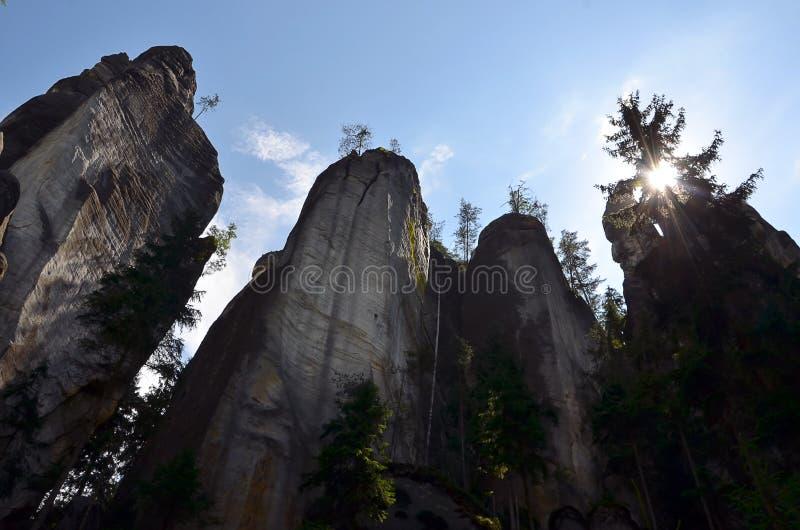 Altas rocas altas y cielo azul en el ejemplo del parque nacional imagen de archivo libre de regalías