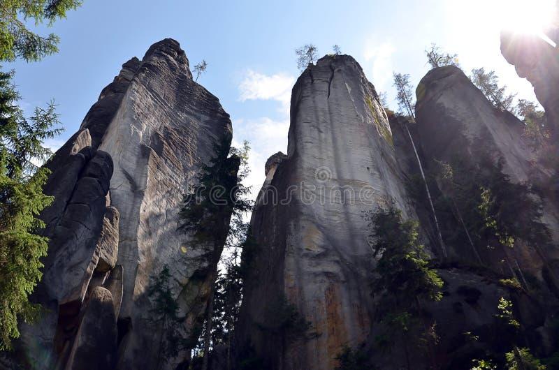 Altas rocas altas y cielo azul en fotografía del ejemplo del parque nacional fotos de archivo libres de regalías
