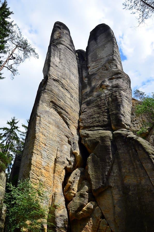 Altas rocas altas y cielo azul en vertical del parque nacional foto de archivo libre de regalías