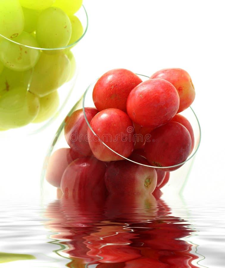 Altas uvas dominantes en vidrio imagenes de archivo