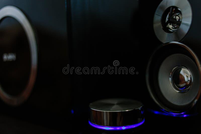 Altavoces de la música con el neón azul fotos de archivo