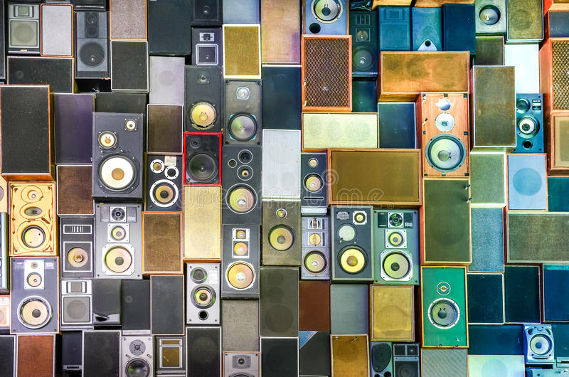 Altavoces de la música en la pared en estilo retro del vintage imágenes de archivo libres de regalías