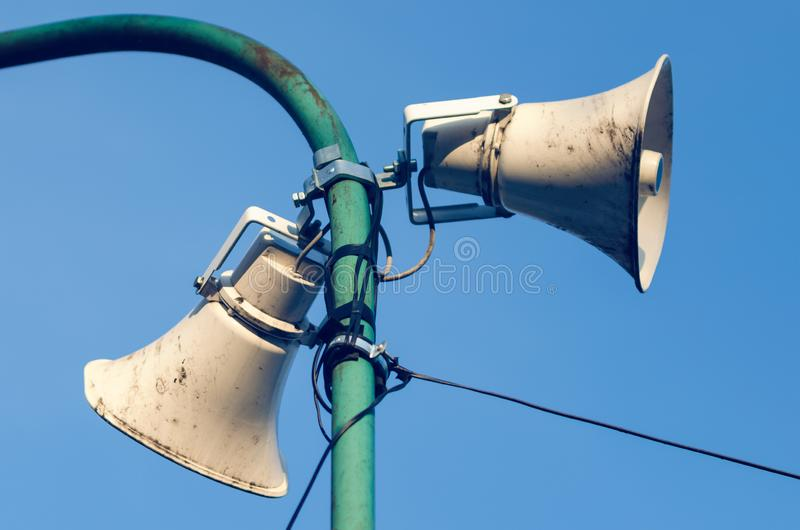 Altavoz al aire libre viejo de la calle para los anuncios públicos imagenes de archivo